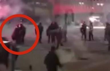 Il momento in cui il poliziotto spagnolo si accascia negli scontri di Bilbao