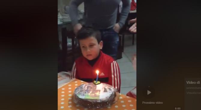 Al piccolo tifoso del Napoli regalano la torta con Dybala. La reazione è fantastica