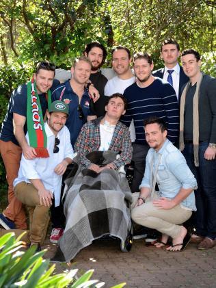 Sam con alcuni suoi amici, al centro riabilitativo dove è stato ricoverato per qualche tempo
