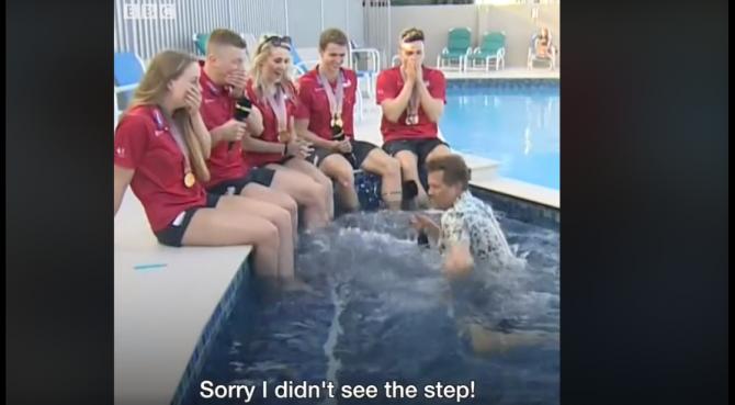 Cronista della BBC intervista i nuotatori e cade in piscina
