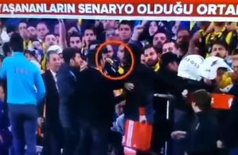 Fenerbahce-Besiktas sospesa per rissa. Senol Gunes colpito in testa e finisce in ospedale