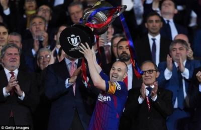 """France Football si scusa con Iniesta per non avergli mai dato il Pallone d'Oro: """"Perdón, Andrés"""""""