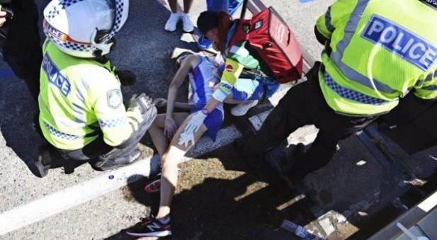 Maratona, Hawkins collassa e sviene a 2 km dal traguardo: sfuma la vittoria. Polemiche per le foto