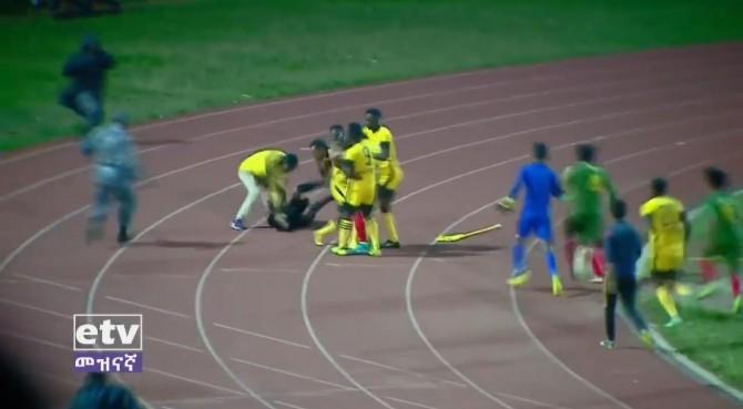Etiopia, arbitro convalida goal: giocatori lo costringono a scappare, ma lo rincorrono e viene preso a pugni