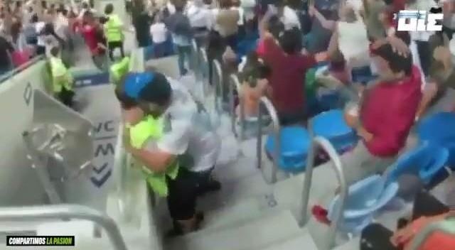 Tifoso bacia la steward dopo il goal di Rojo: lei non gradisce affatto e si pulisce la guancia…