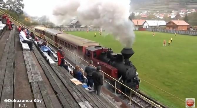 Slovacchia, durante la partita il treno a vapore transita fra campo e tribuna