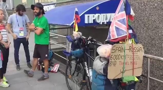 """Da Valencia a Mosca pedalando, 6000 km per vedere la Spagna: """"Tenda, sacco a pelo e vestiti, tutto sulla bici"""""""