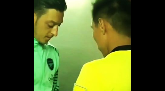 L'arbitro chiede a Mesut Ozil di firmargli un autografo prima della partita