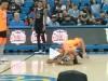 Si gioca a basket, ma la wrestler attacca l'arbitro e lo stende