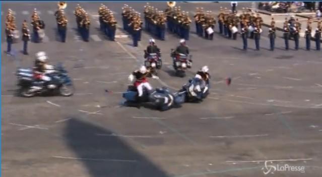 Francia, che figuraccia i motociclisti della polizia: cadono nella parata davanti al presidente Macron