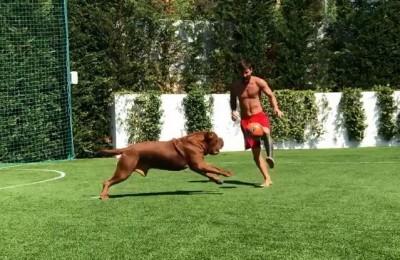 Messi si allena con Hulk che proprio non vede palla... E i figli se la ridono