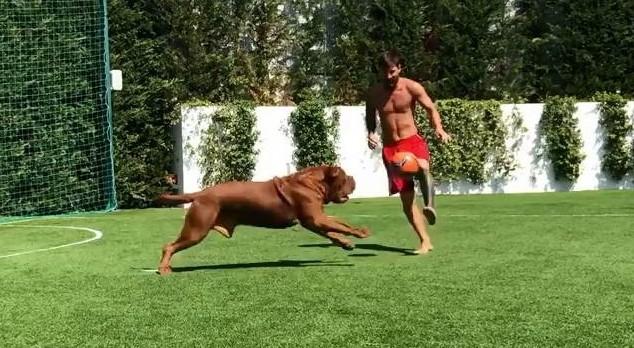 Messi si allena con Hulk che proprio non vede palla… E i figli se la ridono