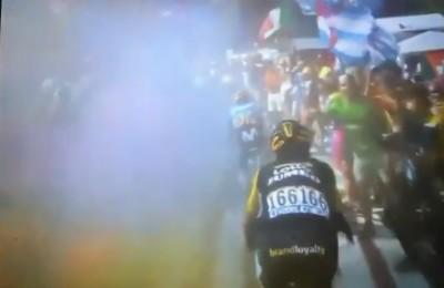 Tour, sull'Alpe d'Huez fumogeni sul percorso: Nibali cade (video), poi recupera
