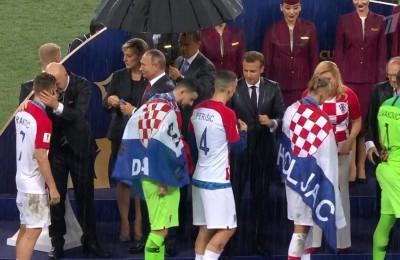 Finale Mondiale, c'è solo un ombrello: se lo piglia Putin, Infantino e la presidentessa croata zuppi