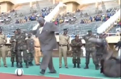 Uganda, la figuraccia del ministro oversize: dà il calcio d'inizio e cade. VIDEO