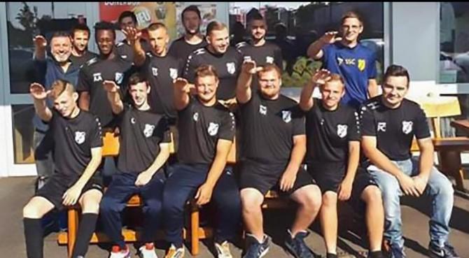 Club tedesco caccia sette giocatori per un saluto nazista in una foto di squadra