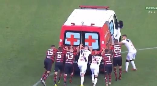 Flamengo-Vasco, l'ambulanza non parte: la spingono i giocatori di entrambe le squadre