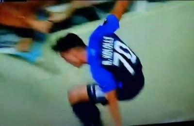 Europa League, Kololli dello Zurigo festeggiando il goal cade in un fosso