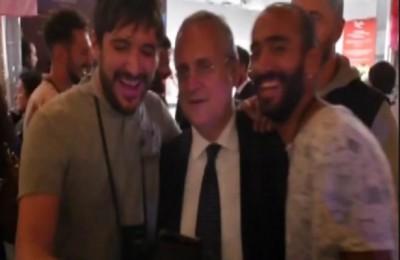 Lotito, il selfie con il tifoso della Roma: gli risponde con un insulto