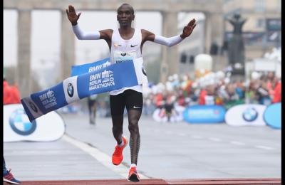 Maratona, nuovo record del mondo: impresa del kenyano Kipchoge... con le lepri
