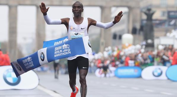Maratona, nuovo record del mondo: impresa del kenyano Kipchoge… con le lepri