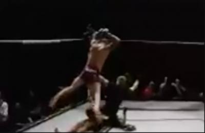 MMA, manda al tappeto l'avversario... e gli salta addosso: squalificato