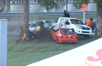 GP Toyota, incidente spaventoso per la pilota: l'auto si spezza contro l'albero e viene sbalzata fuori, se la cava con una frattura