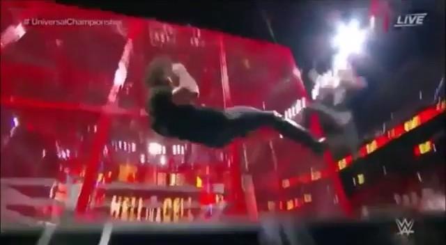 WWE, volo dalla gabbia dei due wrestler: si schiantano sul tavolo dei telecronisti