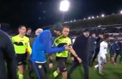 Inter, la protesta di Gagliardini: fa vedere l'errore all'arbitro Abisso sul...telefonino!