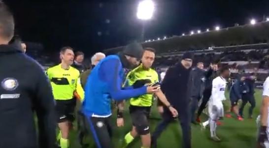 Inter, la protesta di Gagliardini: fa vedere l'errore all'arbitro Abisso sul…telefonino!