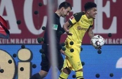 Non è calcio, è tennis! La strana protesta della Bundesliga contro Jadon Sancho