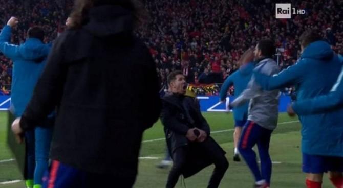 Il gestaccio di Simeone: il tecnico dell'Atletico Madrid rischia la squalifica